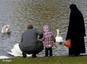 4e73115318e89_Muslim_Family_Berlin_dpa